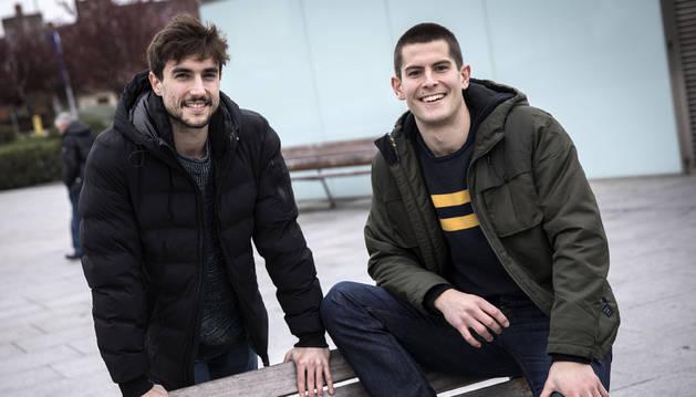 Pere Vaquer y Antonio Bazán, en la plaza del Protomedicato, junto al Complejo Hospitalario de Navarra.