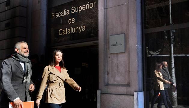 foto de La líder de Ciudadanos en Cataluña, Inés Arrimadas, junto al portavoz de la formación, Carlos Carrizosa, a su llegada a la Fiscalía Superior de Catalunya.