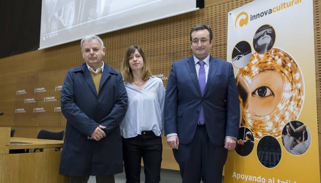 De de izquierda a derecha, José Vicente Urabayen (patrono Fundación Caja Navarra), Gemma Lladós (de la empresa Transit, que gestiona el programa) y Juan Carlos Esquiroz (responsable de Acción Social de CaixaBank en Navarra).