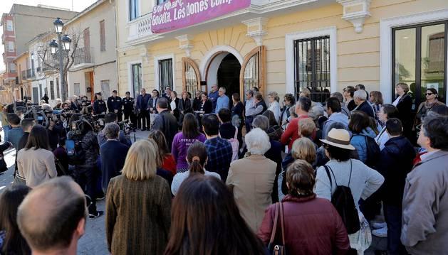 La corporación local de Godella y alrededor de un centenar de vecinos se han congregado este viernes frente a la fachada principal del Ayuntamiento, para guardar dos minutos de silencio en señal de duelo por el asesinato de dos niños en esta localidad valenciana, supuestamente a manos de sus padres.
