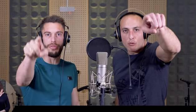 Fotograma del videoclip 'Chavito denunció', en el que participan Roberto Torres y Juan Martínez de Irujo.