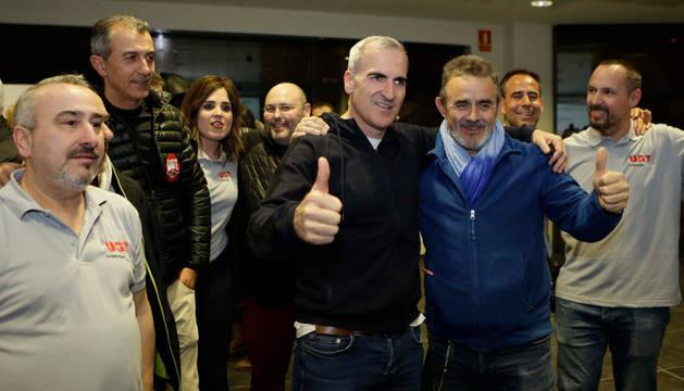 foto de Morales (UGT) y Duque (CC OO) celebran entre otros compañeros los resultados de las elecciones en Volkswagen