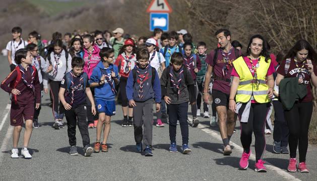 Las elevadas temperaturas favorecieron la peregrinación hasta el castillo de Javier. Se vieron muchos caminantes en pantalón corto y sin chaqueta.