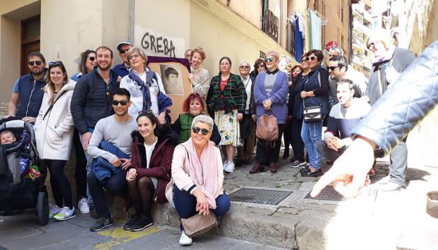 Varios de los participantes en la visita, en una foto de grupo con el autorretrato de Blanca Cañas. Junto a él, María Araiz Gainza.