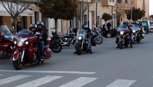 Un grupo de moteros circula por una de las calles del centro de Ribaforada.