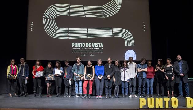 Premiados y entregadores de premios posaron al final de la gala de clausura, en la sala de cámara del Baluarte, entre ellos Francisco Rodríguez (7º por la izda,), que obtuvo el Gran Premio Punto de Vista.