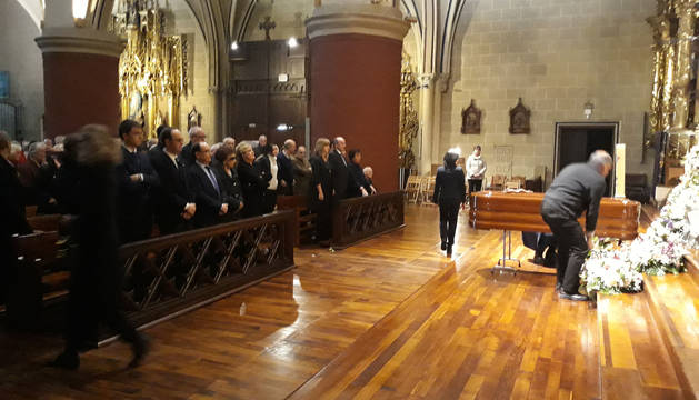 Una imagen del comienzo de la misa funeral mientras se depositan las coronas ante el féretro.
