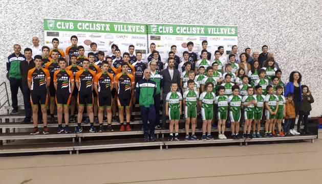Todos los corredores del Club Ciclista Villavés, ayer por la tarde en el frontón Atarrabia de Villava.
