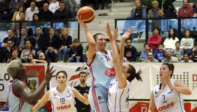Ceci Liñeira trata de defender la incursión de la local Raquel Carrera, durante el encuentro disputado ayer en Vigo.