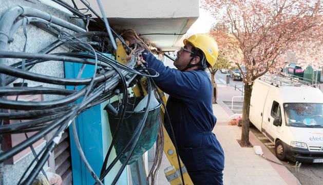 Labores de reparación en el cuadro eléctrico incendiado.