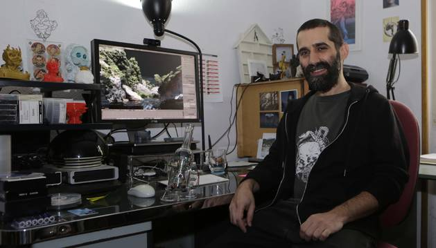 """El artista Martintxo Etxauri, """"Txo!"""", en su casa-estudio de Burlada."""