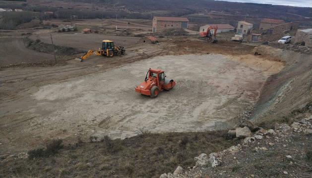 Imagen inicial de las obras de la pista polideportiva Patxi Puñal, en plena montaña turolense.