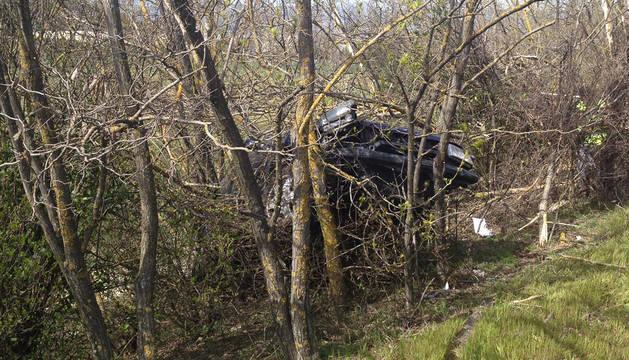 Estado en el que quedó el vehículo tras salirse de la AP-15 y volcar.