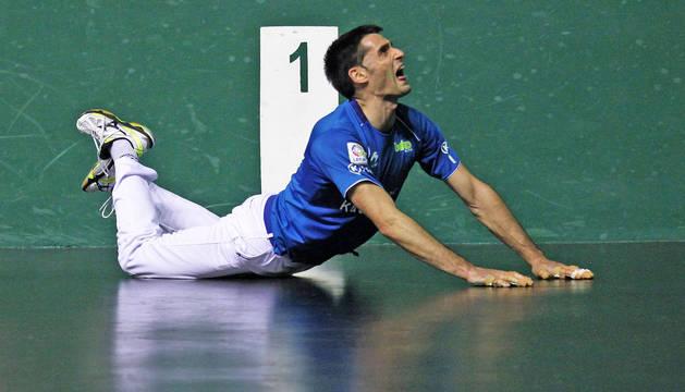 Albisu se lamenta tras lanzarse al suelo del Labrit para intentar devolver una pelota.