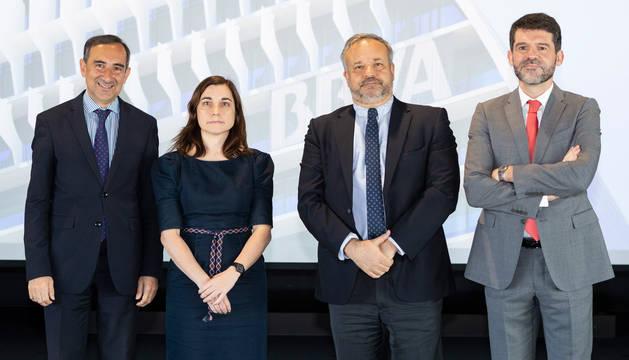 Jaume Aurell, director del Instituto Empresa y Humanismo, Juan Francisco Jimeno, Laura Hospido y Pedro Mendi, vicedecano de investigación de la Facultad de Económicas y Empresariales.