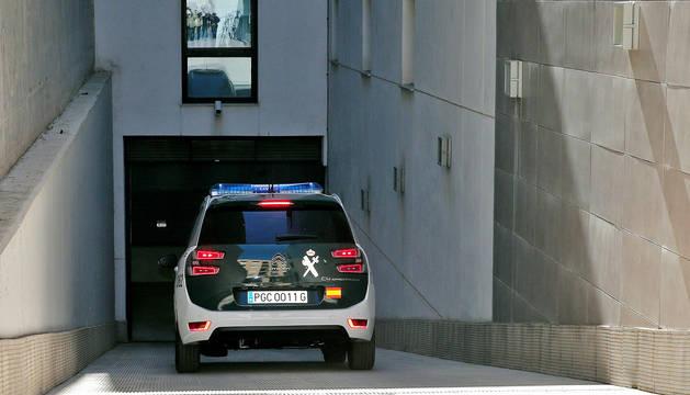 Un coche de la Guardia Civil entra a los garajes de los juzgados de Paterna donde se instruye el caso.