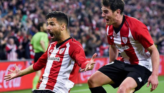 Kenan Kodro e Ibai Gómez celebran el segundo gol del Athletic.