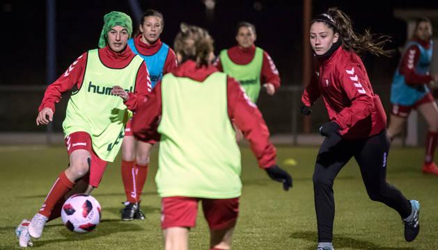 foto de Izaskun Leoz, izquierda, y Nerea Tellería, derecha, pugnan por el balón durante un entrenamiento.