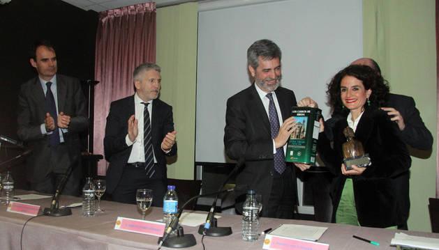 Carlos Lesmes entrega el premio a Maite Cunchillos, en presencia del ministro Grande Marlaska y del juez Pablo Ruz.