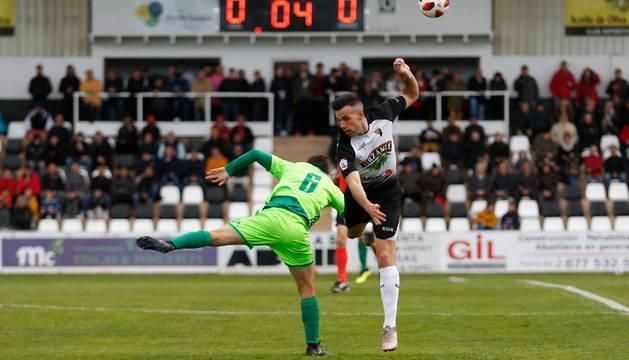 Toni Gabarre, autor del tanto del empate para el Tudelano, pugna en un duelo aéreo con el visitante Antonio Romero.