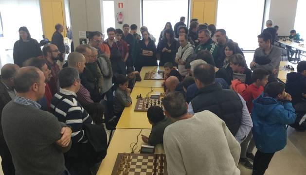 Expectación en la partida final que enfrentó al joven Javier Habans con Marc Narciso, GM y campeón.