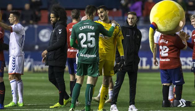 Sergio Herrera y Ander Cantero se saludan al finalizar el encuentro.