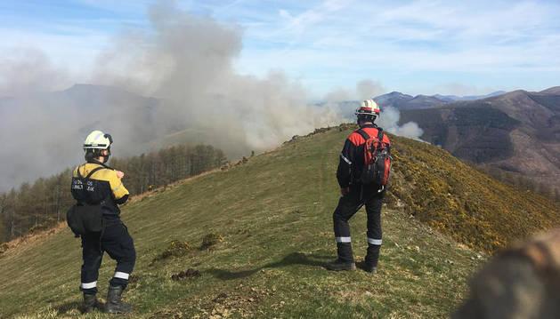 Dos bomberos vigilan quemas controladas este fin de semana en Baztan.