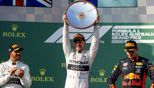 El podio del GP de Australia con Lewis Hamilton (izda.), Valtteri Bottas (centro) y