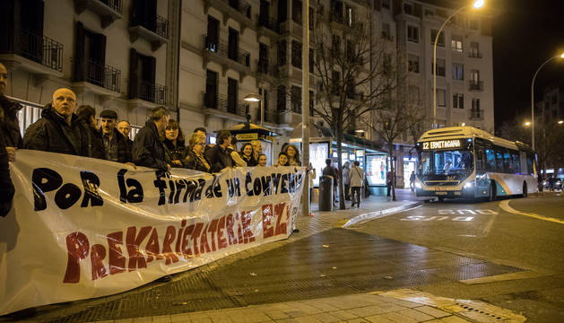 foto de Conductores del transporte urbano concentrados ayer noche en la plaza de Merindades de Pamplona.