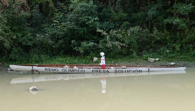 foto Un esqueleto en el río Arga simula la situación en la que se encuentran los aficionados a este deporte