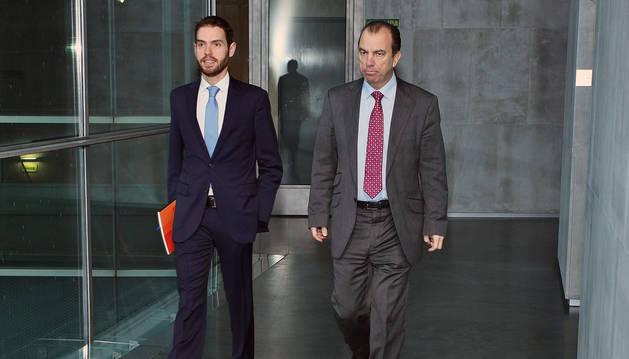 Imagen de Sergio Sayas y Carlos García Adanero, en el Parlamento de Navarra.