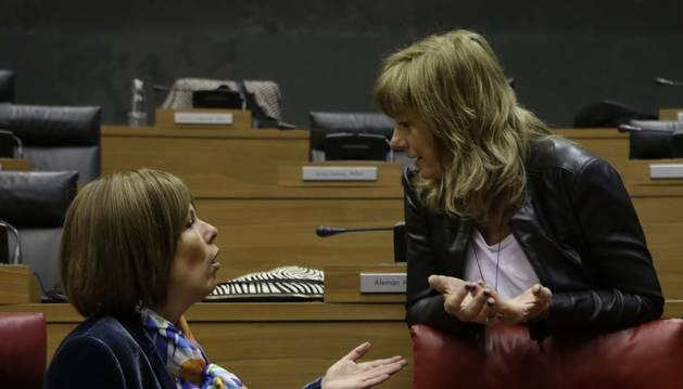 La presidenta Barkos y la consejera Ollo, de cuyo departamento depende Euskarabidea, en el Parlamento.