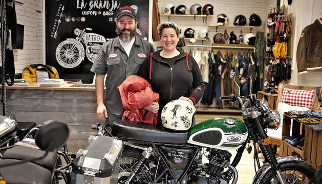 Alberto Villabona y Katrin Pelaez con una de las motos que venden en La Granja, en la avenida Galicia.