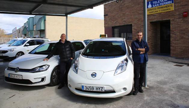 Rafa Montes Ros (izda) con el e-Golf que usó 4 meses como taxi y Joseba Arregui San Martín (dcha) con el Nissan Leaf, un taxi 100% eléctrico que usa hace más de 4 años.