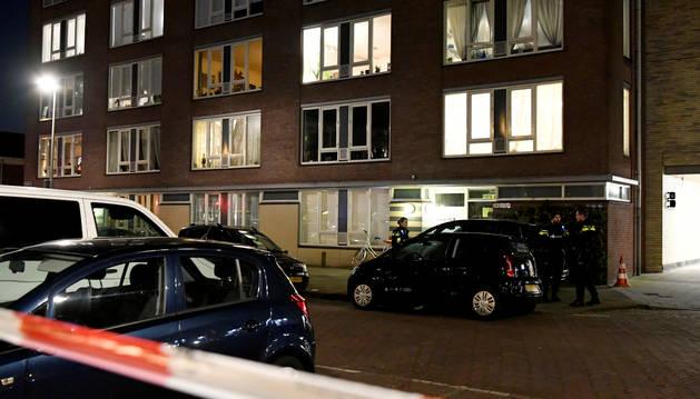 Policía holandesa delante del edificio donde ha sido detenido el sospechoso del tiroteo en Utrecht.