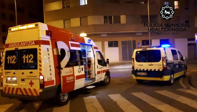 foto de Una ambulancia y un coche de Policía Municipal durante una intervención en Pamplona
