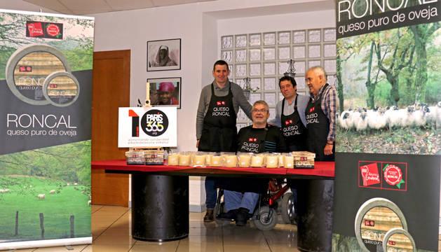 Donan 120 cuñas de queso D.O. Roncal al comedor solidario Paris 365.