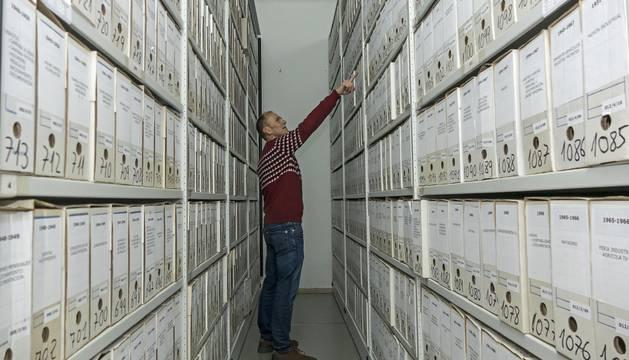 Regino Etxabe, edil de Cultura, entre las estanterías del archivo que se trasladará en su mayor parte.