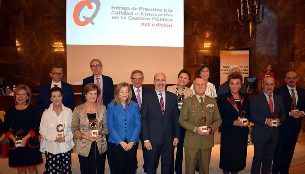 Luis Fernández -a la derecha-, con el resto de los galardonados por el Ministerio de Política Territorial.