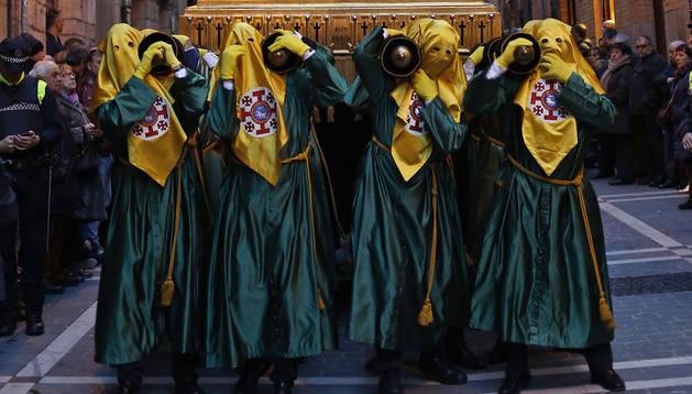 Porteadores de la Hermandad, con el paso de la Dolorosa en 2018.