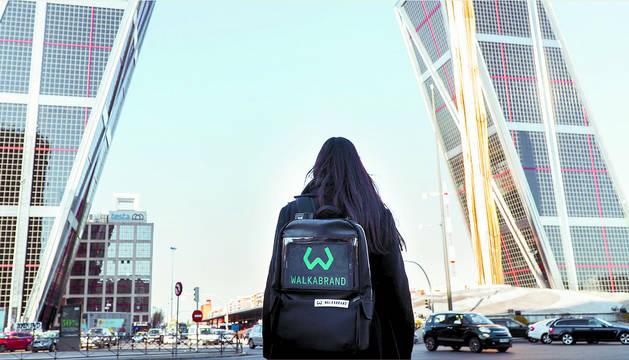 Una de las hiker de Walkabrand, con la mochila que lleva la tablet incorporada, en Madrid.
