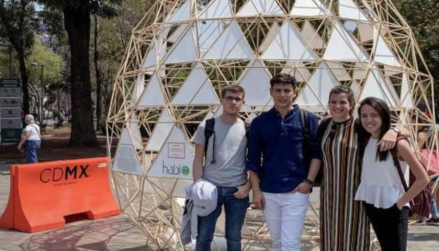 Imagen de los cuatro estudiantes en el Festival de Arquitectura y Ciudad Mextrópoli en México.