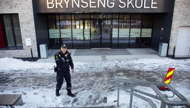 Un policía permanece a las puertas de un edificio tras un incidente, este martes, en una escuela en Oslo (Noruega).