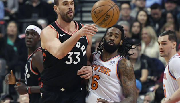 Marc Gasol pasa ante el pívot de los New York Knicks center DeAndre Jordan.