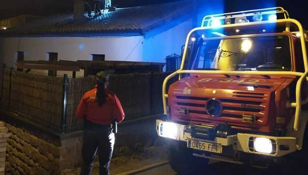 Imagen varios efectivos de bomberos trabajan en el tejado de la vivienda afectada.