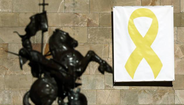 Lazo amarillo en la sede de la Generalitat horas antes de que finalizara el plazo.