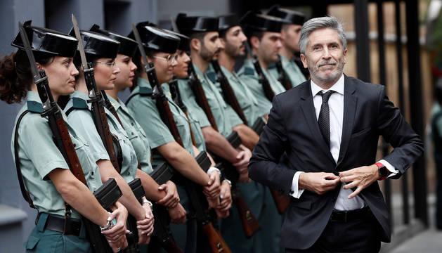 foto de El ministro del Interior, Fernando Grande-Marlaska, a su llegada a los actos conmemorativos por el 30 aniversario del ingreso de la mujer en la Guardia Civil