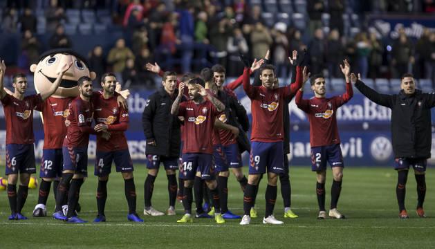 Jugadores de Osasuna aplauden a los aficionados de El Sadar.