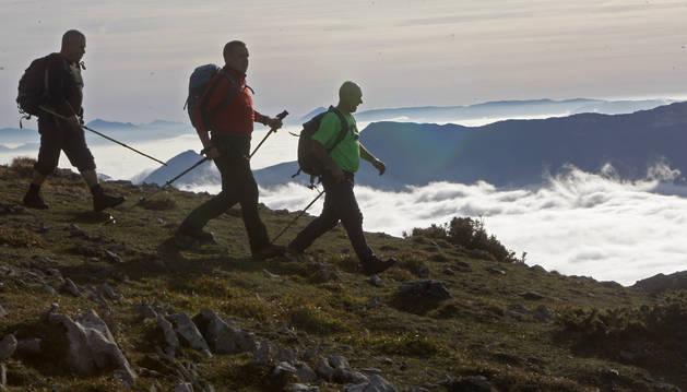 Unos aficionados a la montaña, descendiendo de la cumbre del Artxueta en la sierra de Aralar.