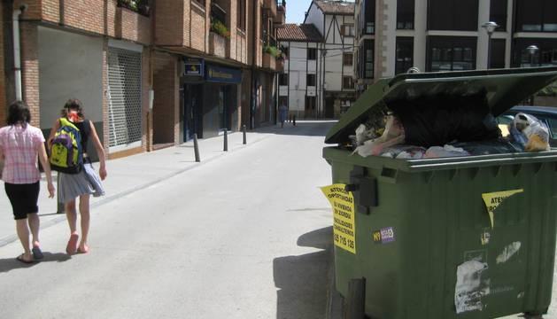 En una imagen de archivo, un contenedor situado en una calle de Alsasua.